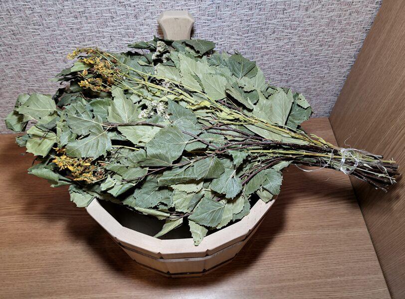 Bērza pirts slota ar ārstnieciskiem augiem